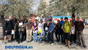 Grupo de estudantes de espanhol em feira do livro de Granada, Espanha
