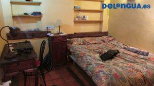 Exemplo de quarto individual em casa compartilhada, com banheiro próprio, armário, escrivaninha, cama e prateleiras.